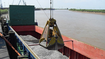 Cargo of bulk ferro alloys being discharged on the River Trent